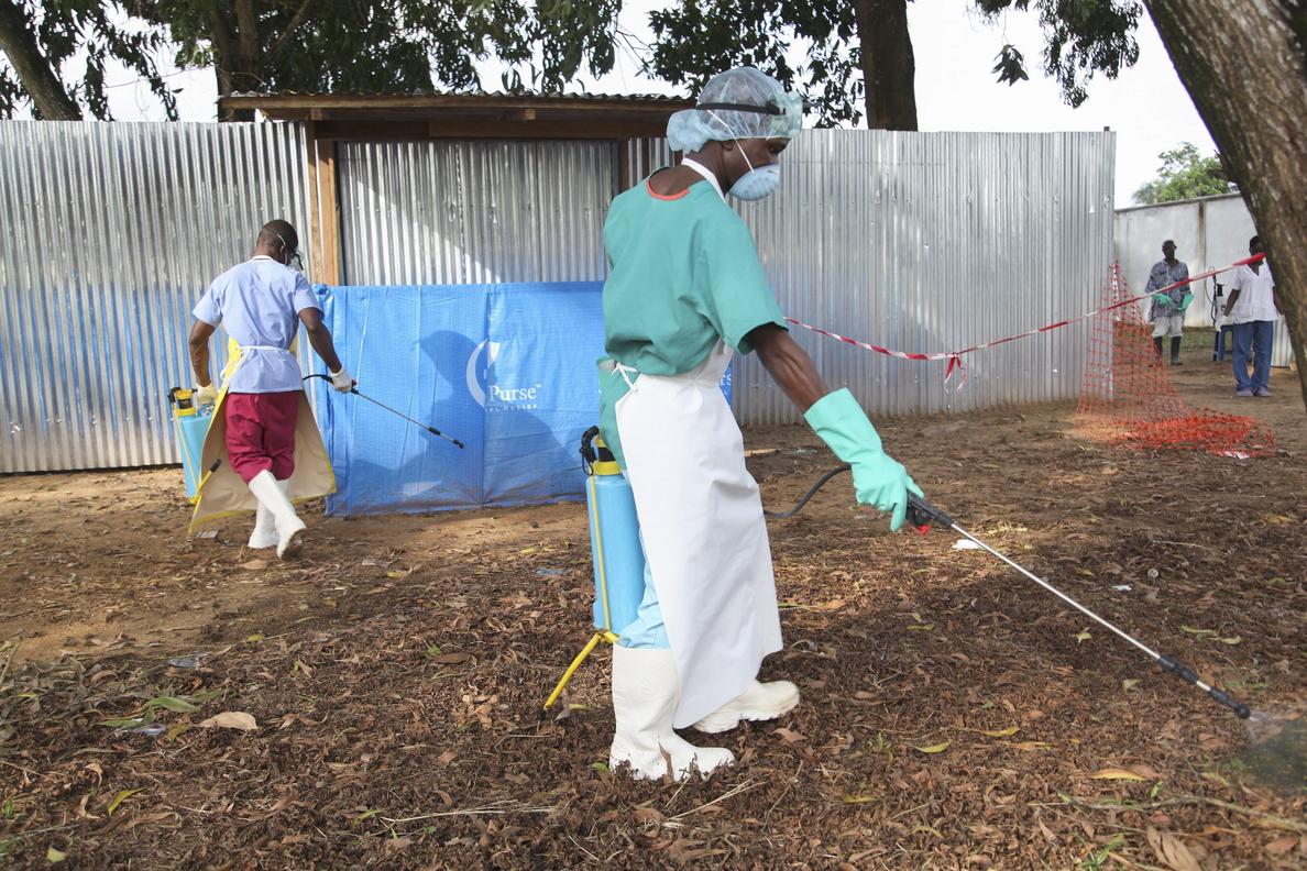 Familiares de muertos por ébola dejan los cadáveres en las calles por temor al contagio