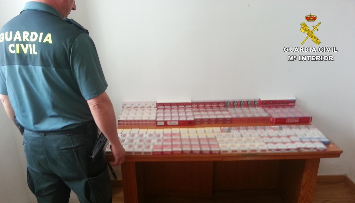 Denunciadas dos personas en Cabra tras intervenirles más de 300 cajetillas de tabaco de contrabando