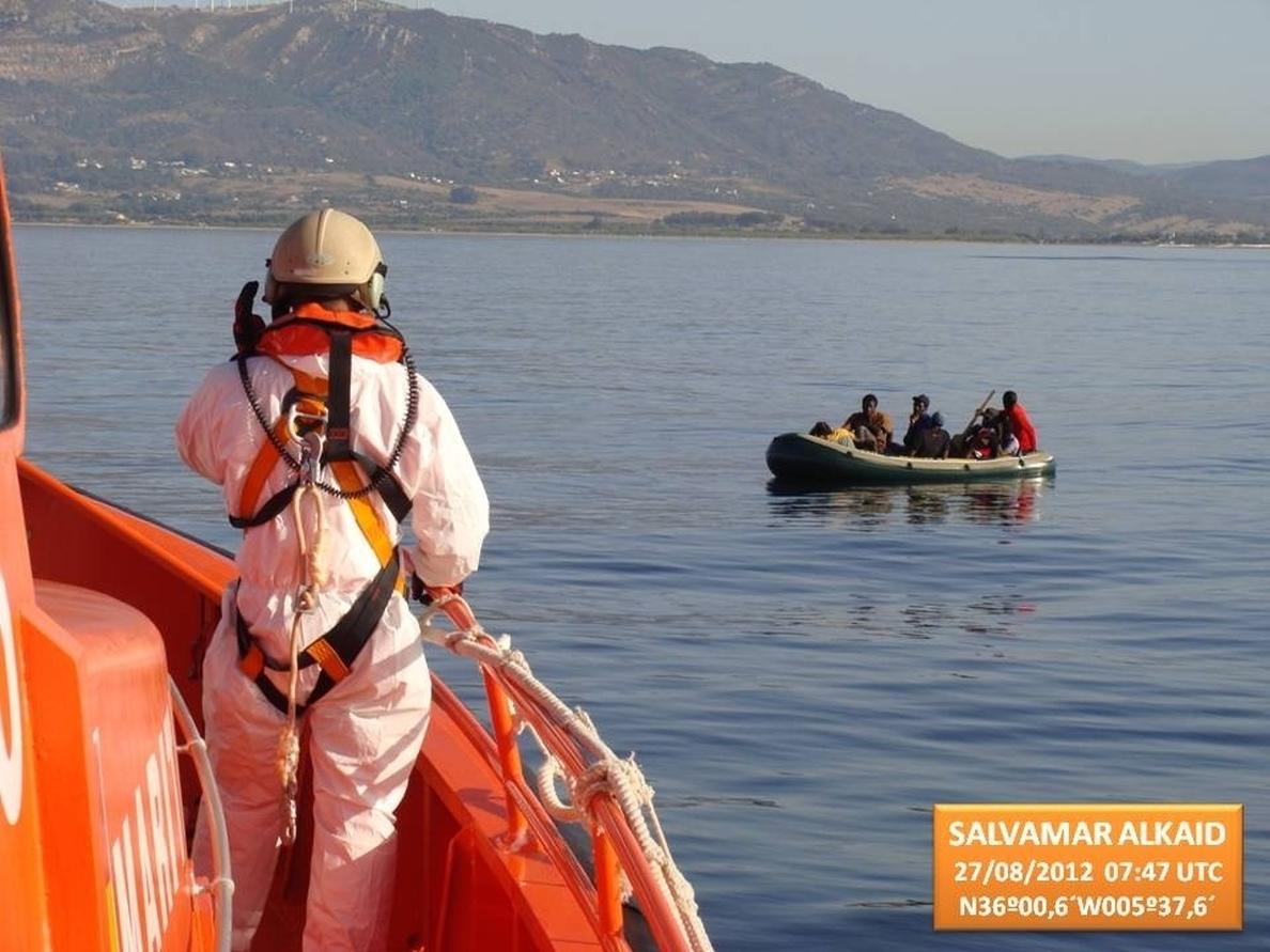 Llega al puerto de Algeciras una patera interceptada con 10 personas a bordo a 5 millas de Punta Carnero
