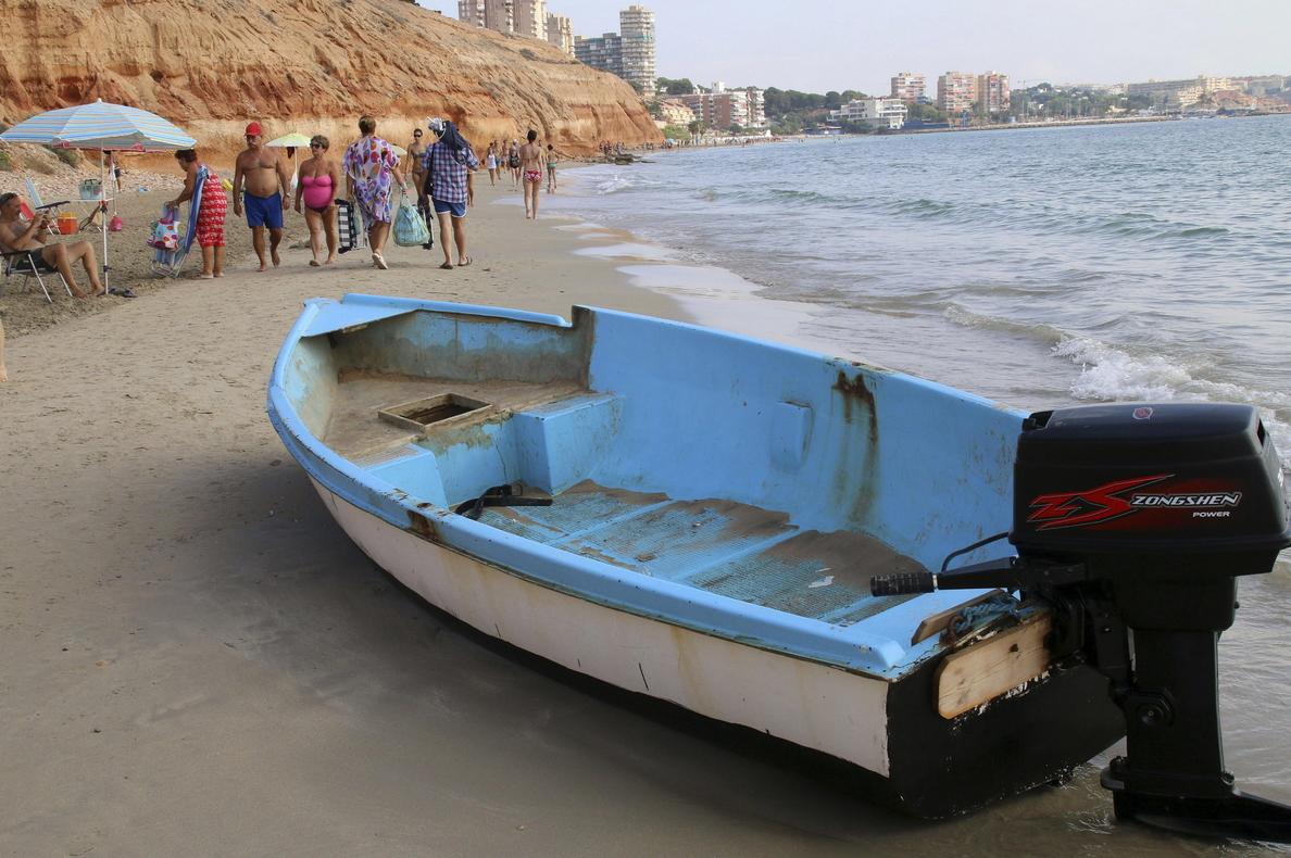 Rescatados 10 inmigrantes, algunos con hipotermia, de una patera en Algeciras