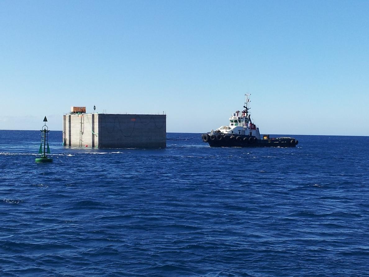 Los dos cajones para la ampliación del puerto de San Sebastián de La Gomera llegan a la isla