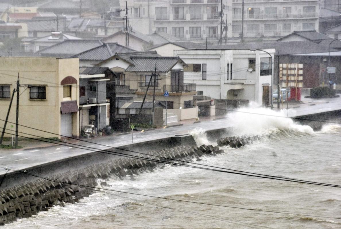 Al menos cuatro muertos y 600 vuelos cancelados en Japón por un fuerte tifón