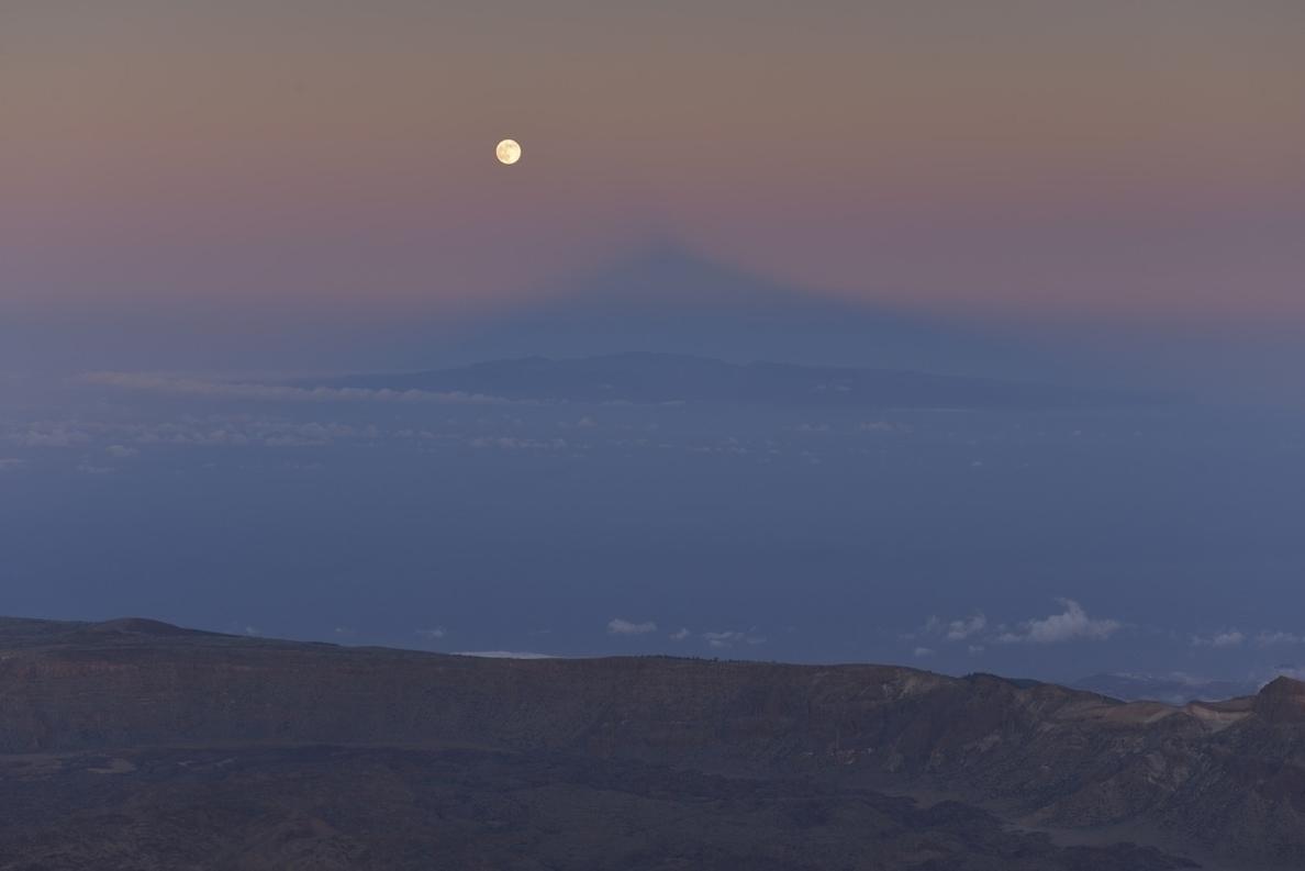 La SuperLuna se alinea con la sombra del Teide