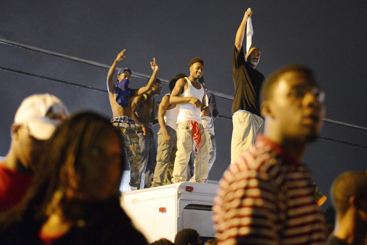 Se recrudecen los diturbios en Misuri ante el supuesto robo que cometió el joven Brown