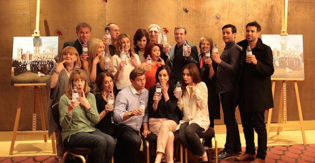 Los actores de 'Downton Abbey' se ríen de su gazapo con una fotografía en la que aparecen con botellas de agua