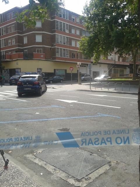 Agentes de policía acceden al bar donde permanece atrincherado un hombre armado