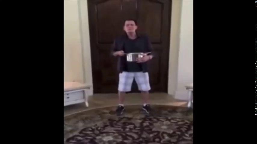 Charlie Sheen acepta el reto del cubo de agua helada pero lo hace a su manera