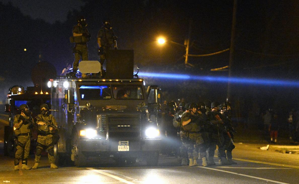 Dos heridos de bala y 31 detenidos en la madrugada de disturbios en Ferguson