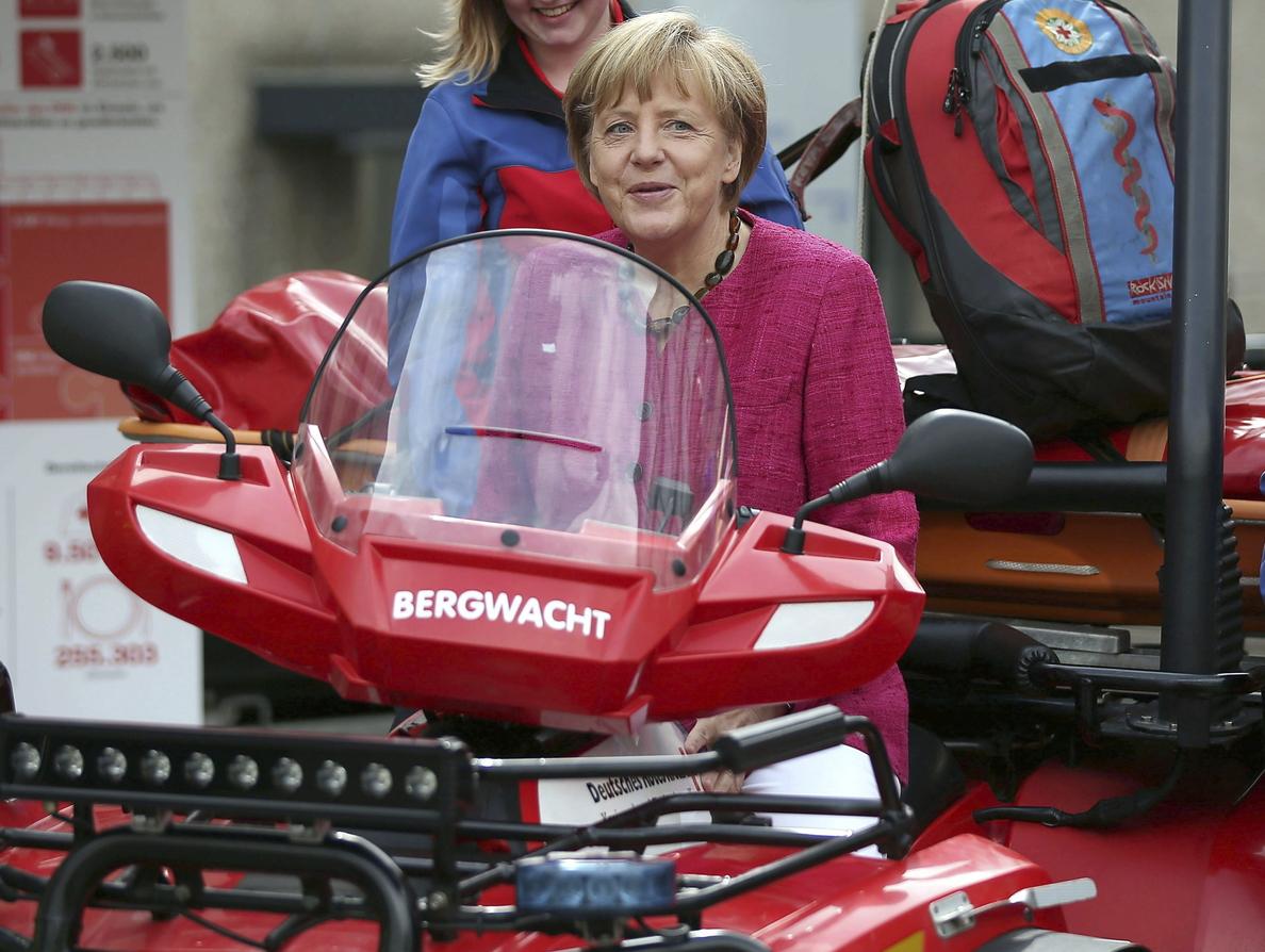 Merkel visita un centro de emergencia y prueba la sopa de patata en la cocina