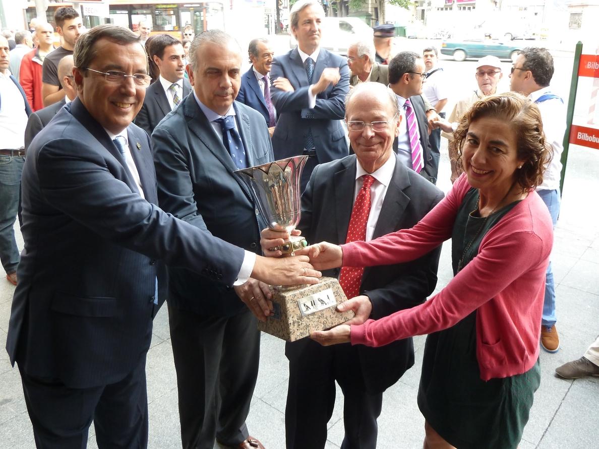El mítico Trofeo Naismith estará expuesto en la Oficina de Turismo Bilbao-Bizkaia entre los días 20 y 24 de agosto