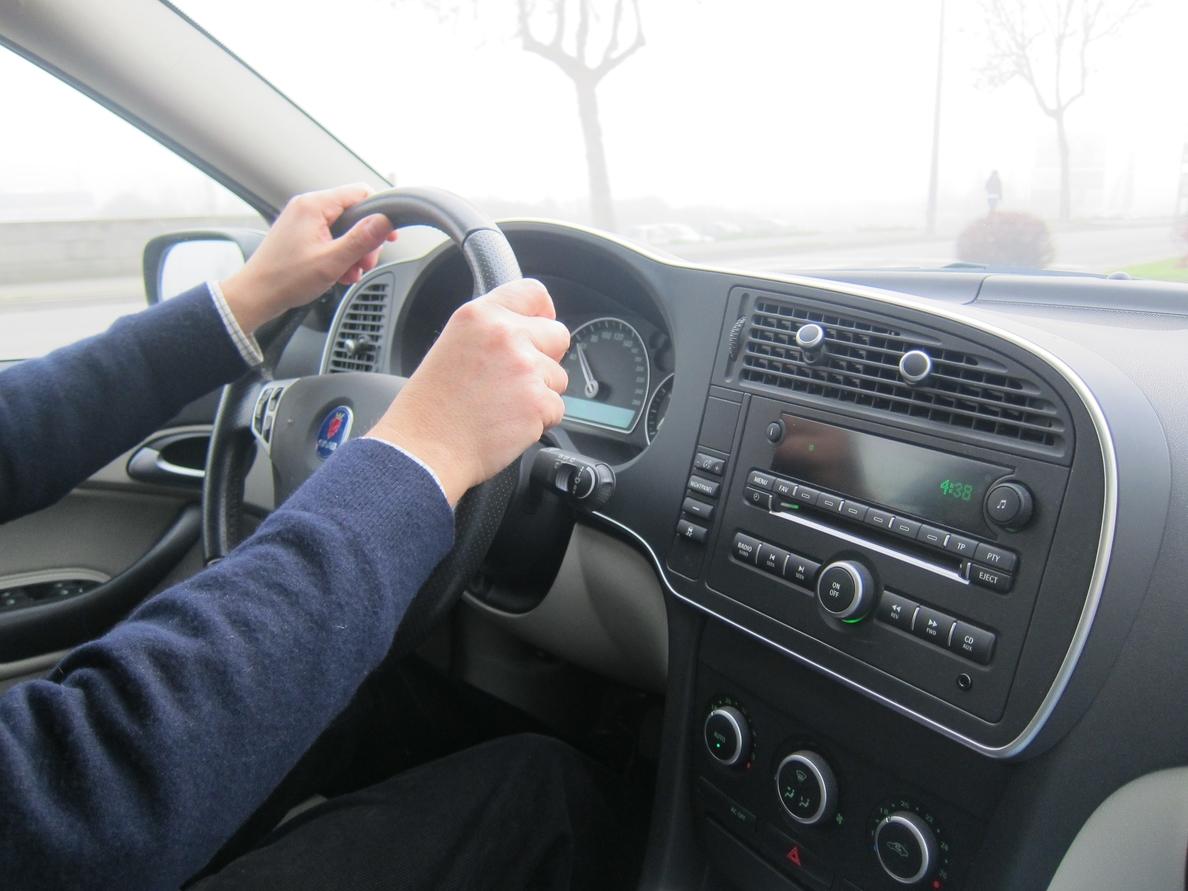 Un estudio revela que más de 175.000 conductores valencianos reconocen utilizar el móvil con el coche en marcha