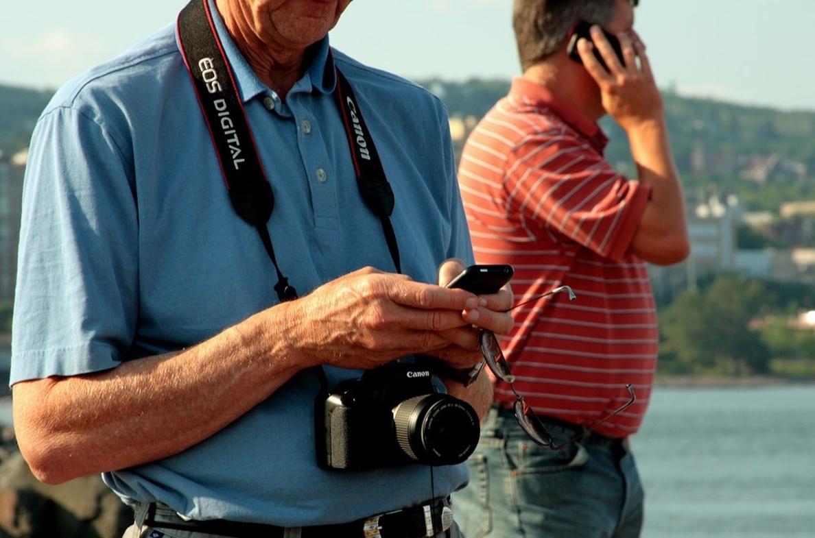 El »smartphone», el objeto imprescindible de las vacaciones para el 40% de los viajeros