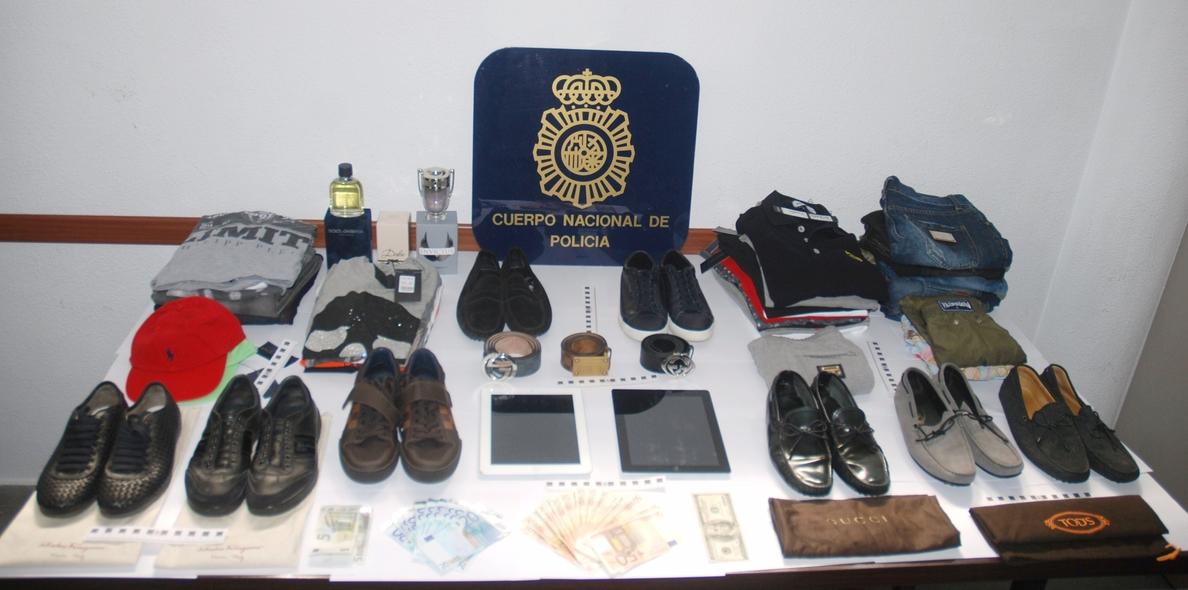 Detenidos cinco miembros de un grupo por defraudar unos 60.000 euros con tarjetas bancarias robadas
