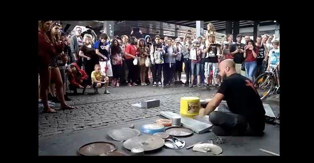 Un chico comienza a tocar en la calle y triunfa entre todos los viandantes