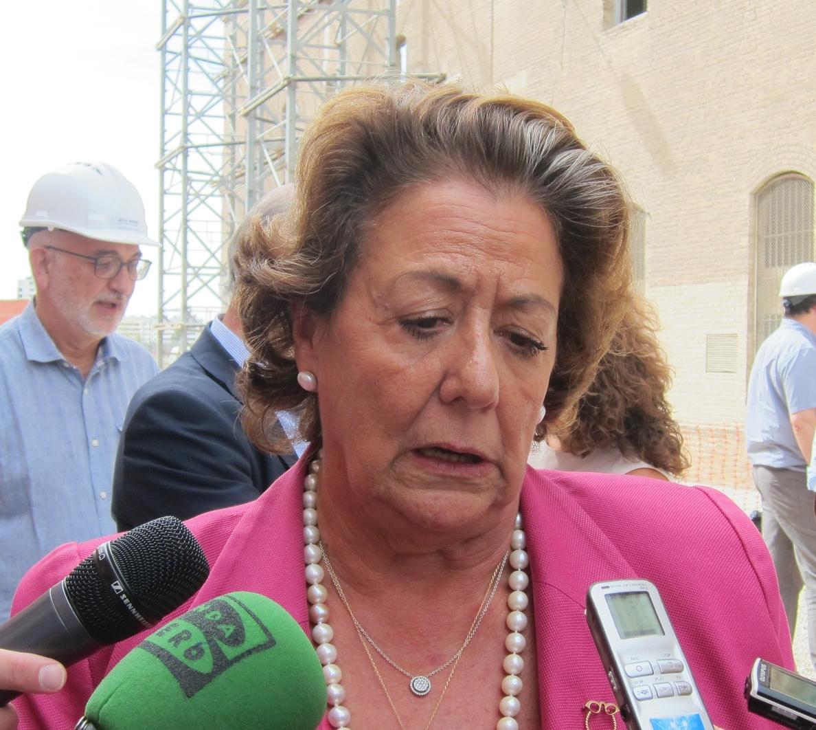 Barberá está «muy orgullosa» de la reunión mantenida con Rajoy y reitera que hablaron de política y de «más cosas»