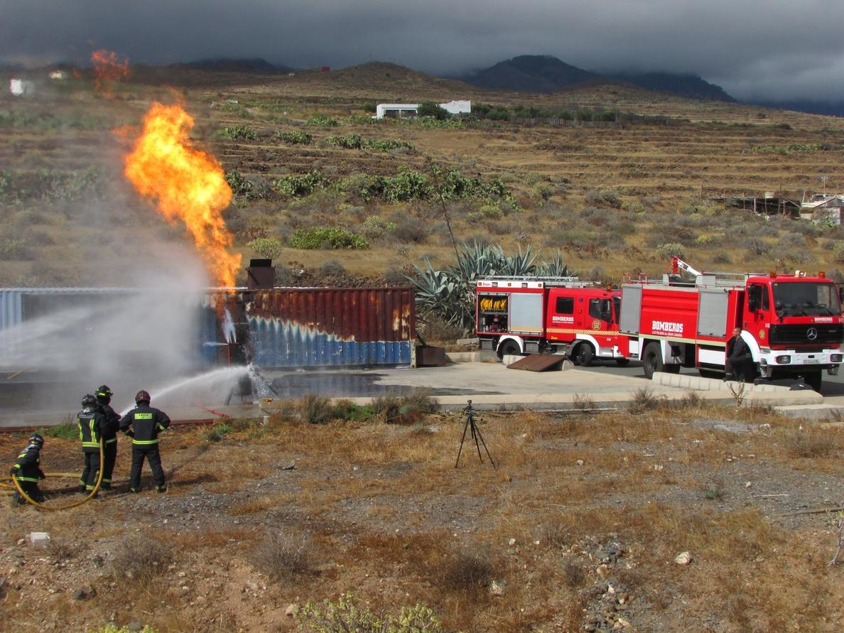 Bomberos de Las Palmas de Gran Canaria realizan simulacros con fuego real para reforzar la formación