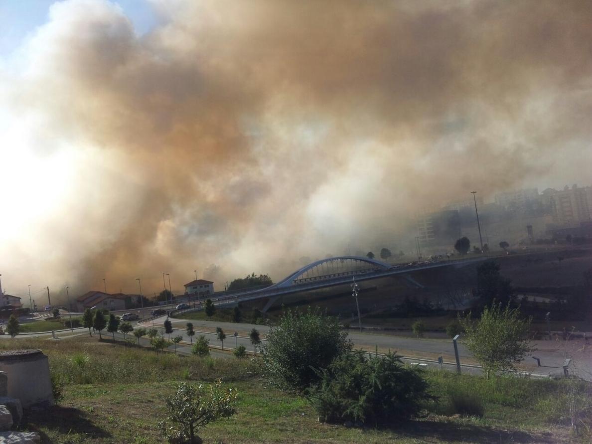 Un incendio de plumeros y maleza obliga cortar la S-20 en Santander