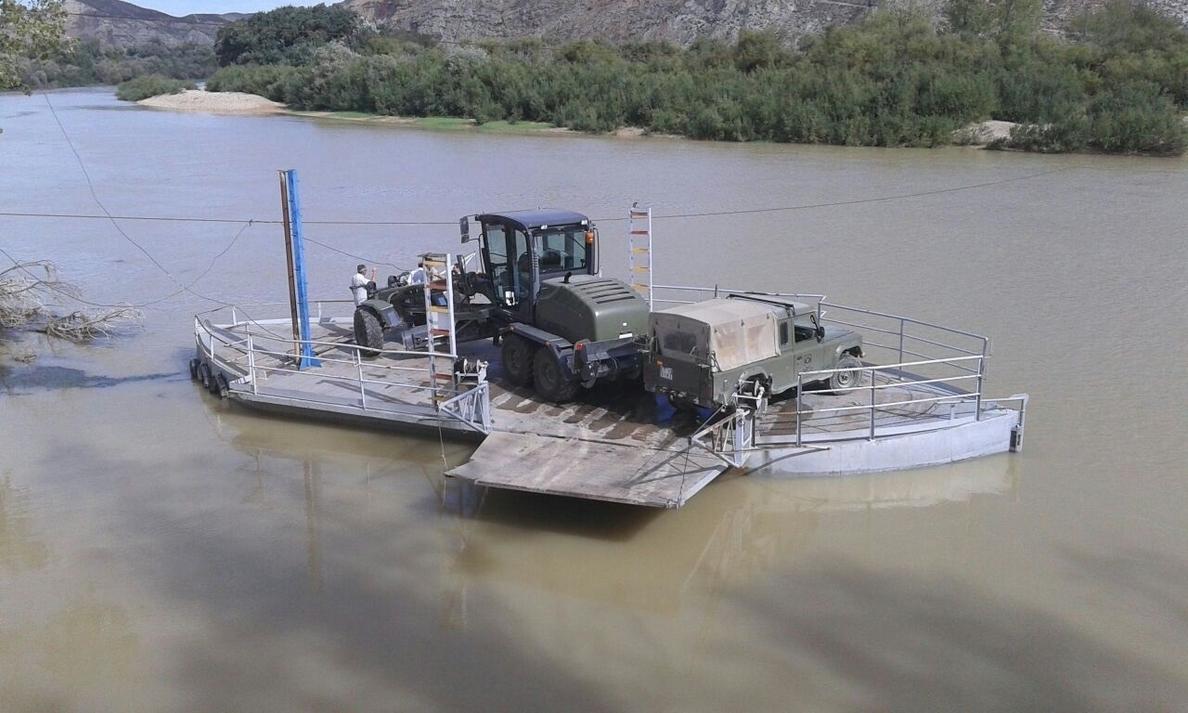 Los pontoneros ayudan a reparar un camino afectado por un desprendimiento de rocas en Torres de Berrellén
