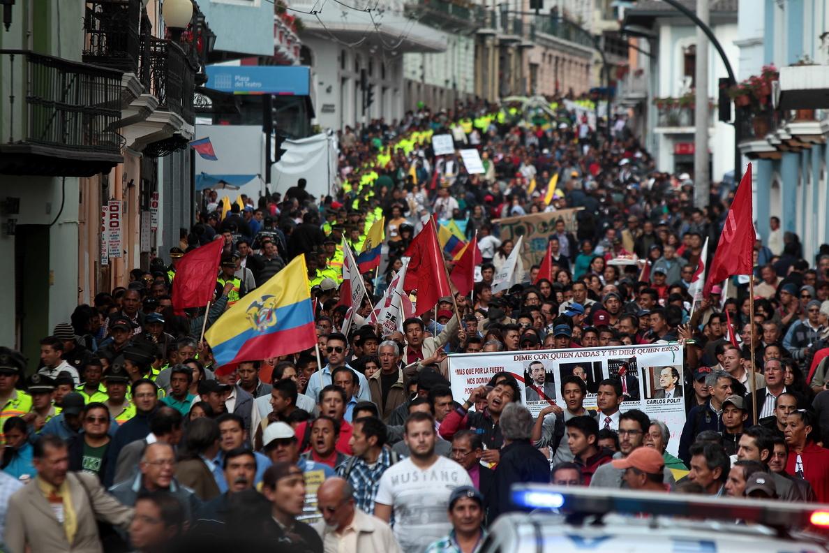 Decenas de policías heridos y estudiantes detenidos deja una protesta en Quito