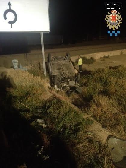 Policía Local rescata a un hombre tras salirse de la vía con la furgoneta que conducía y caer al Reguerón