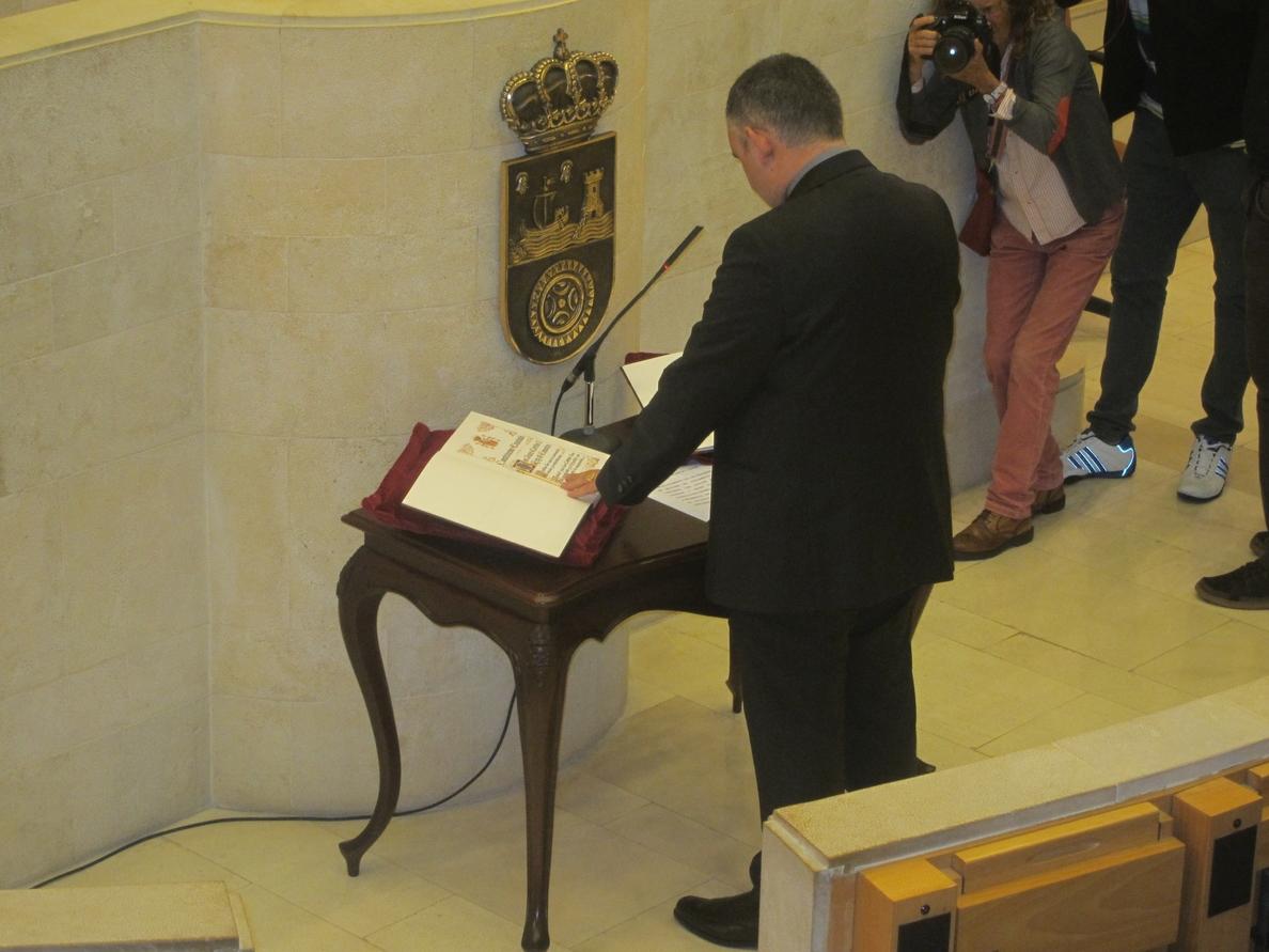 José Miguel Fernández Viadero (PRC) promete el cargo de diputado y pasa a ocupar el escaño dejado por Solanas