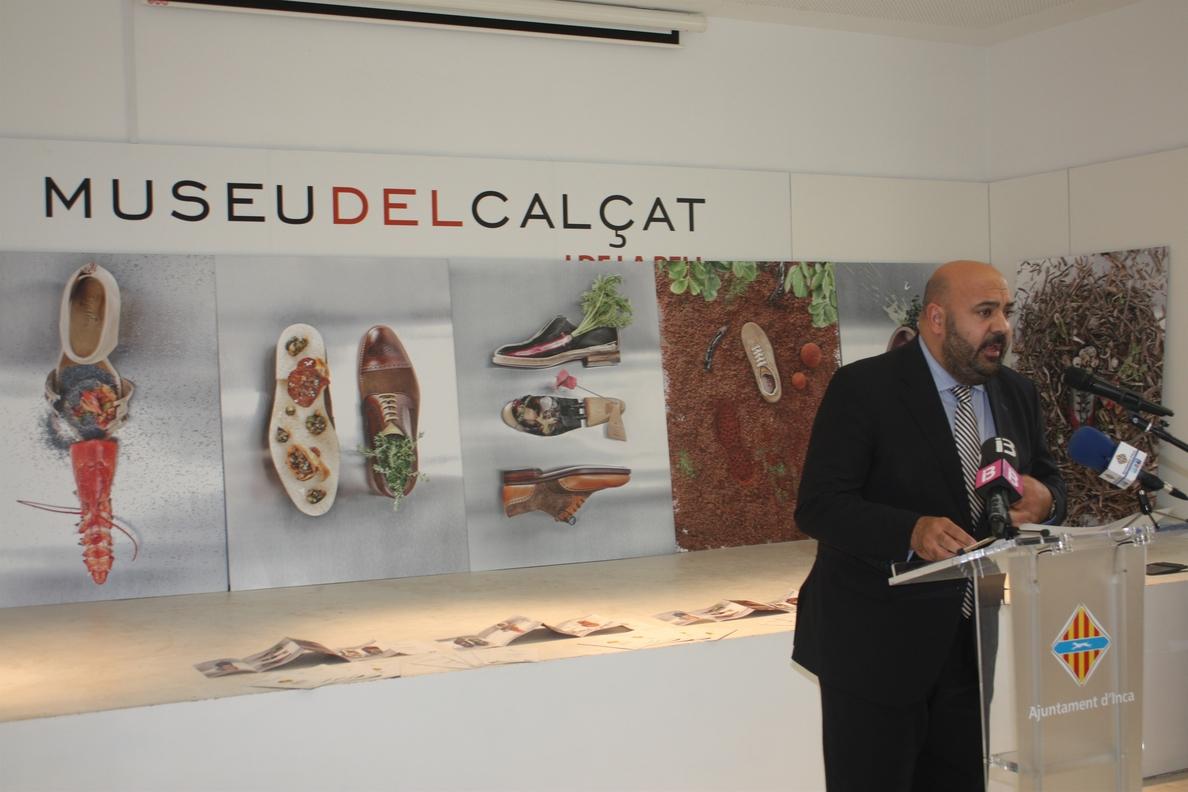 Nando Esteva entrega la colección »Food&Foot» a la Conselleria de Turismo para que se use como promoción