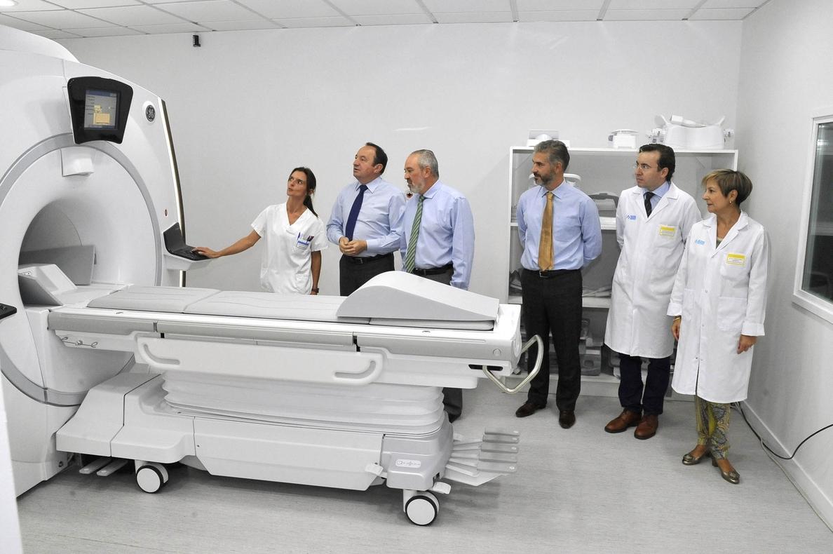 Sanz destaca la elevada precisión del nuevo equipo de resonancia magnética del Hospital San Pedro