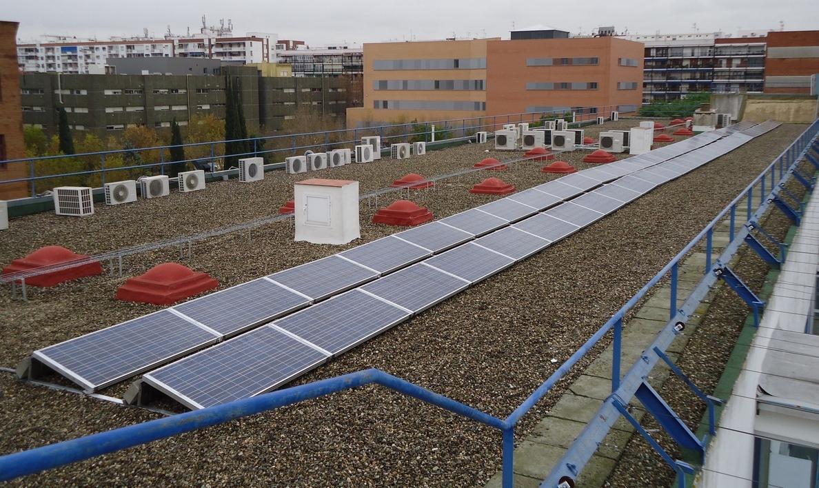 La US y Endesa impulsan el autoconsumo fotovoltaico con una planta que ahorrará 16 MWh al año