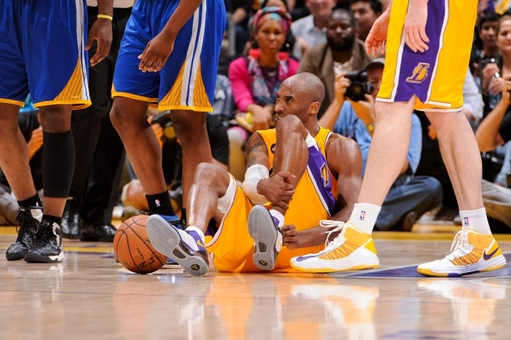 Kobe Bryant retorna a la cancha en la victoria ante los Nugetts en la pretemporada