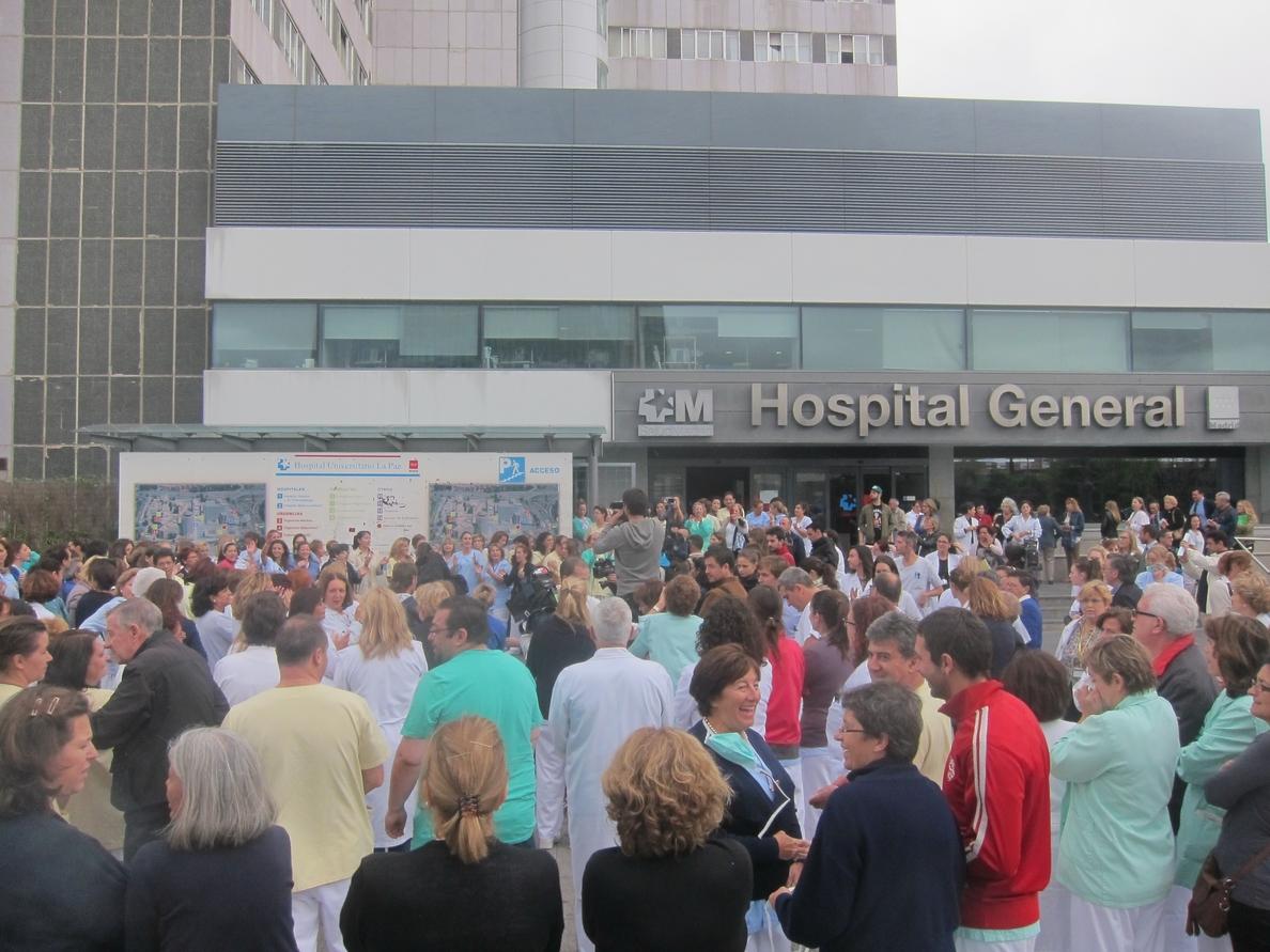 Profesionales del Hospital La Paz piden la dimisión de Mato y denuncian que no han recibido formación ni recursos