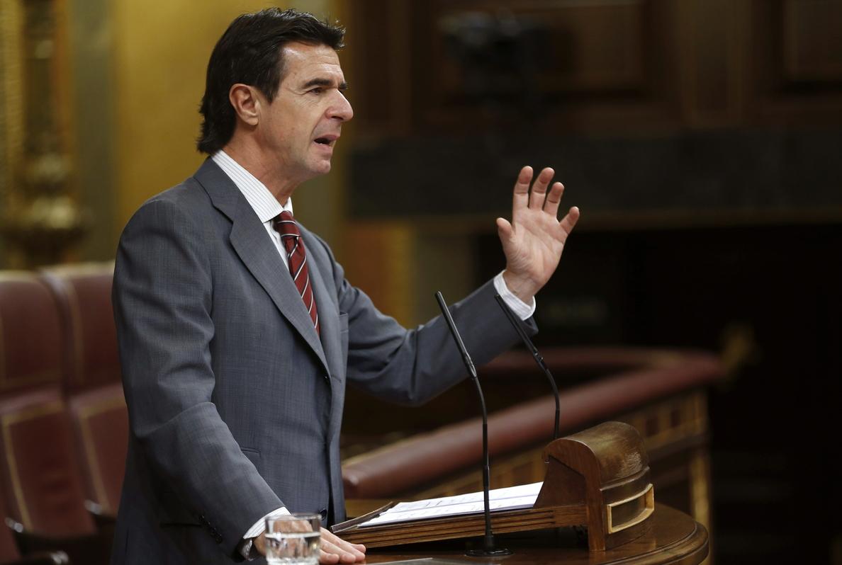 Soria intenta calmar los ánimos y asegura que el ébola no afectará al turismo