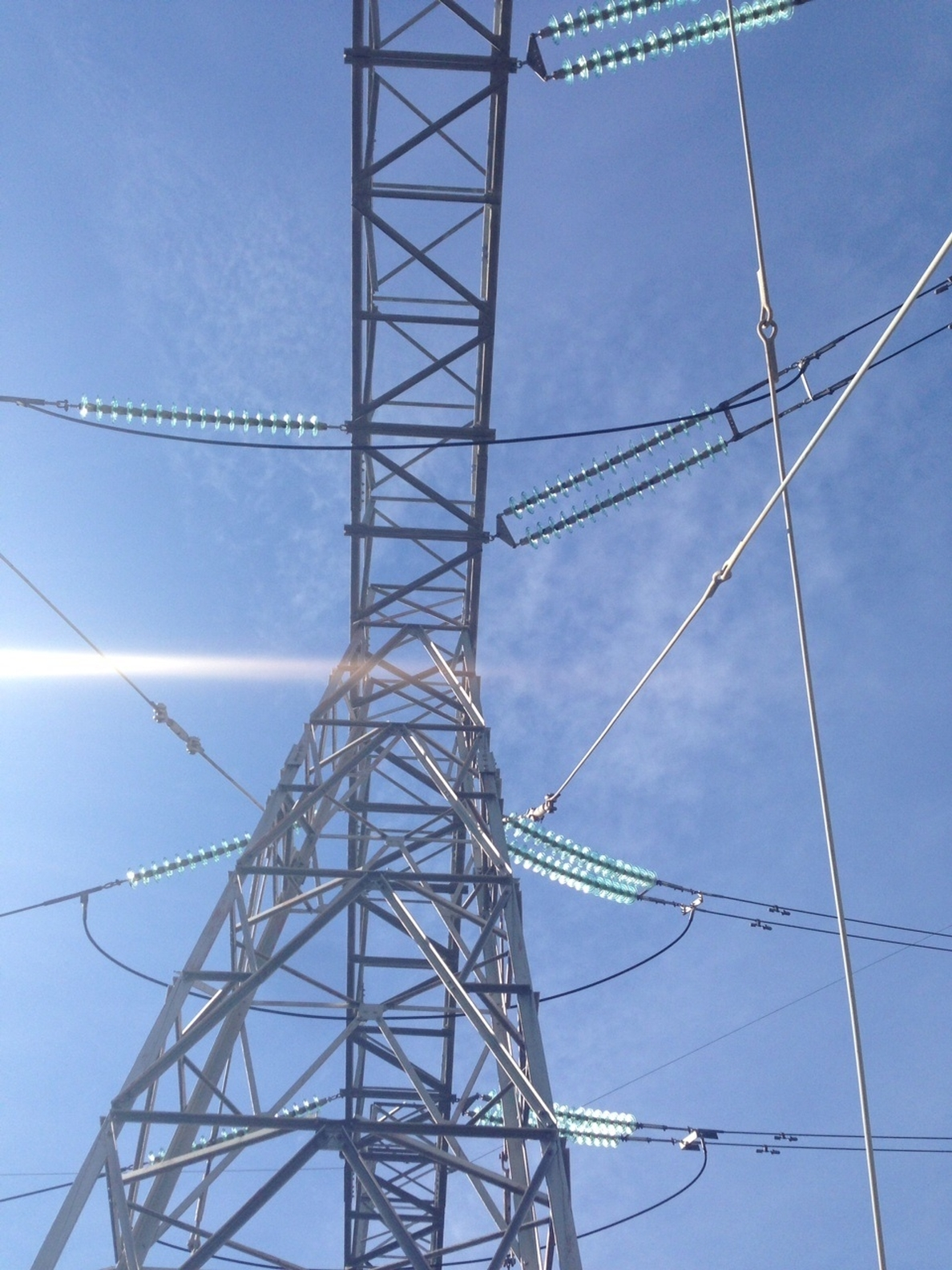 El TC desestima el recurso de Madrid contra las competencias del regulador energético en consumo