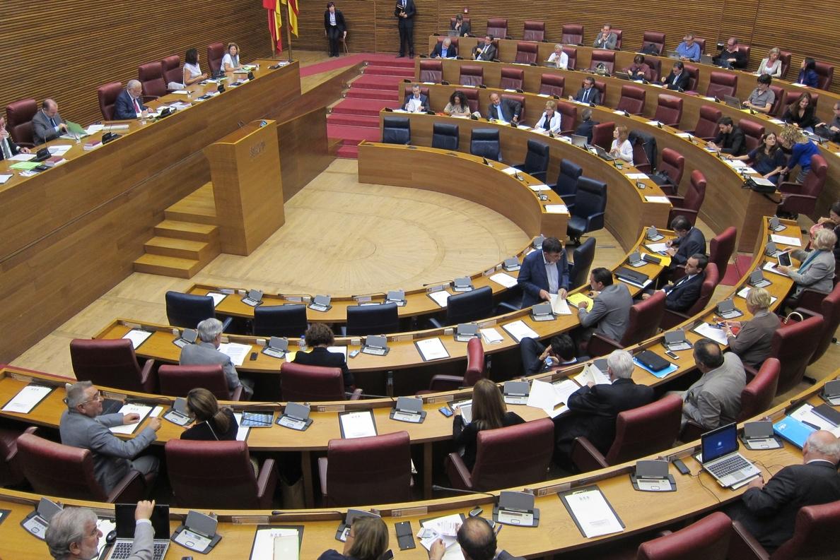 La oposición atribuye la salida de Cotino a la presión por diversos casos judiciales con los que le vinculan
