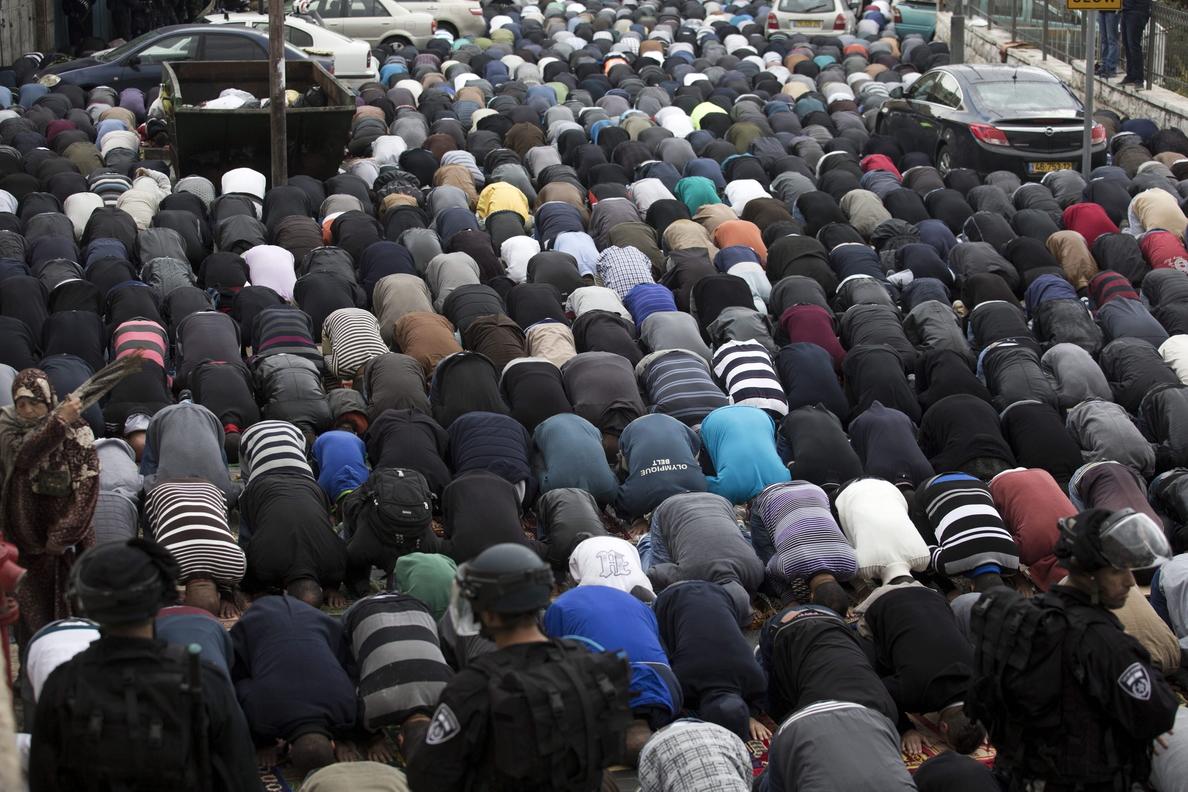 Cientos de palestinos rezan en las calles de Jerusalén en medio de la lluvia