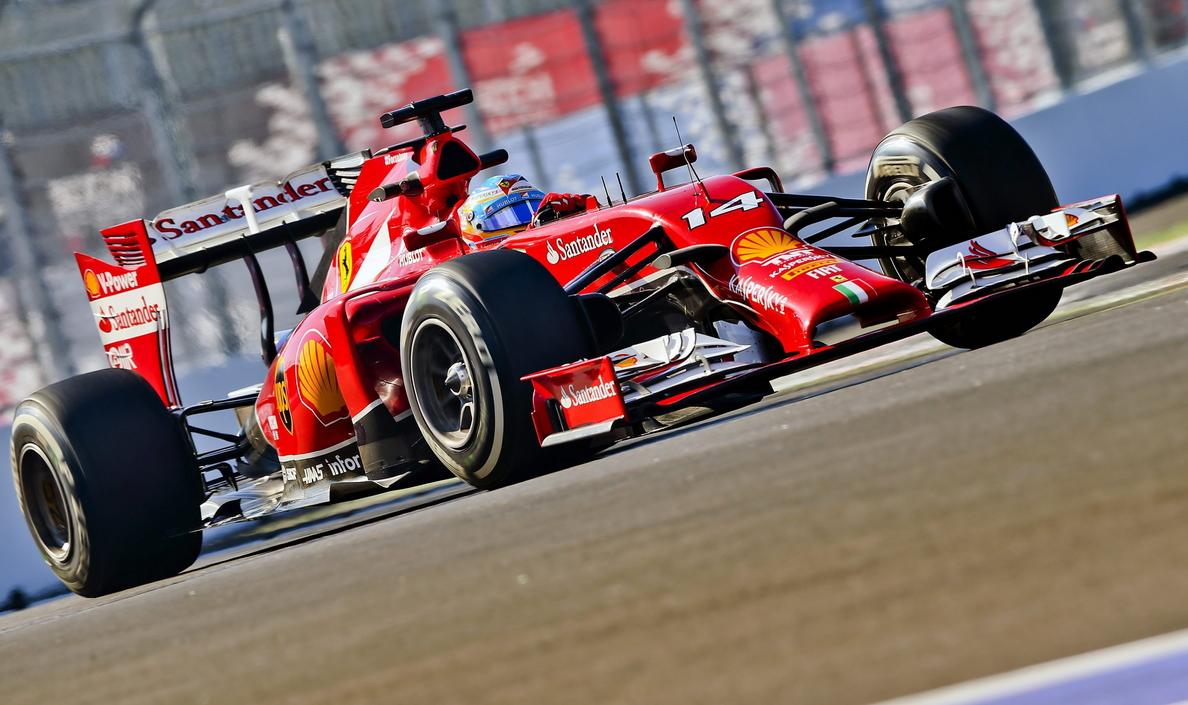 Alonso marca el tercer mejor tiempo en los segundos libres por detrás de los Mercedes