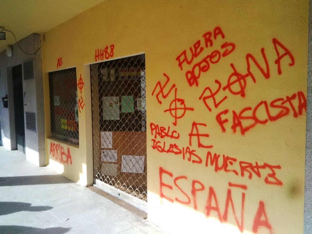 Pintadas de «Pablo Iglesias muerte» y símbolos nazis en una sede madrileña de Podemos