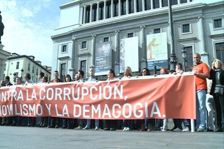 C»s se concentra en Madrid para pedir a PP y PSOE que «tomen medidas» contra la corrupción y cambien la ley