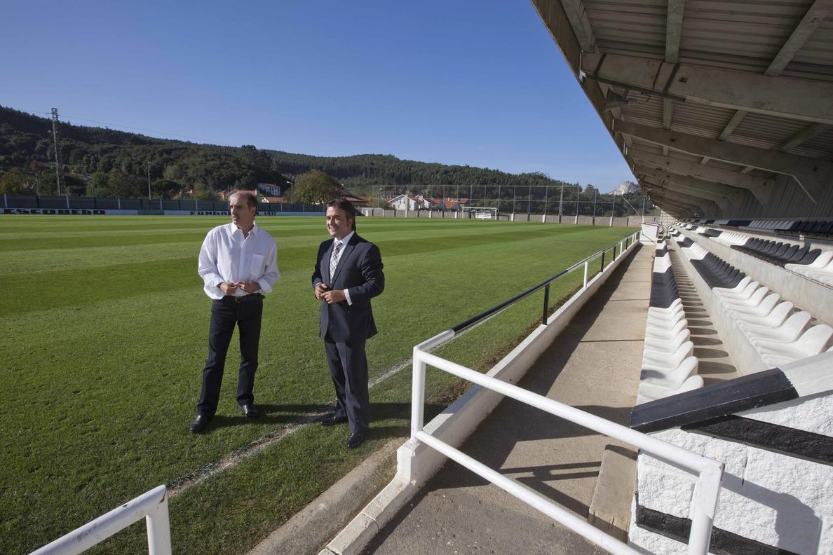 Movellán anuncia la construcción de un nuevo campo de fútbol del hierba artificial en Escobedo