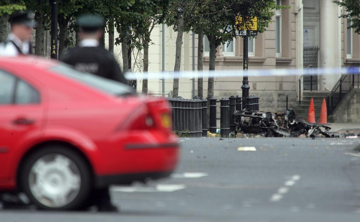 La Policía atribuye a disidentes del IRA un ataque contra un coche policial en Derry