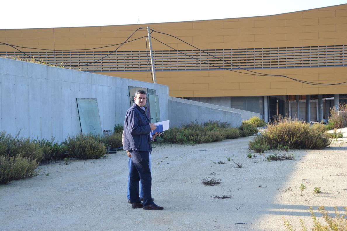 El alcalde de Vejer se encierra en el Chare hasta que haya «fechas concretas» y Sánchez Rubio visite las obras
