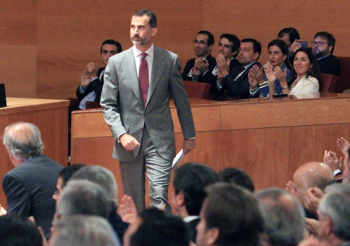 El rey Felipe VI saluda »a la fuerza» a la imputada Sonia Castedo