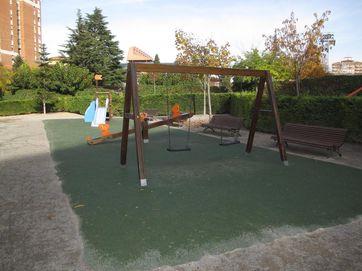 El Ayuntamiento de Teruel mejora la zona de juegos infantiles del parque de la Estrella