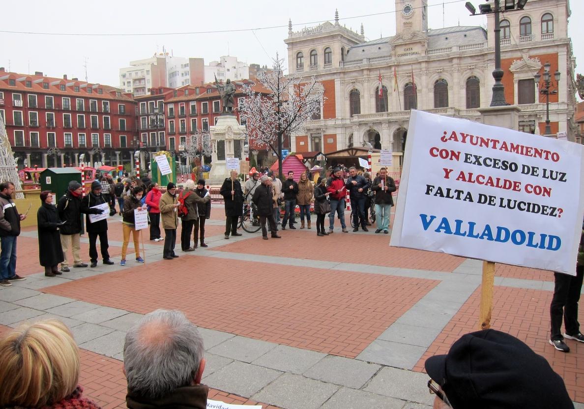 Más de medio centenar de personas manifiestan su hartazgo por la situación política y social de Valladolid