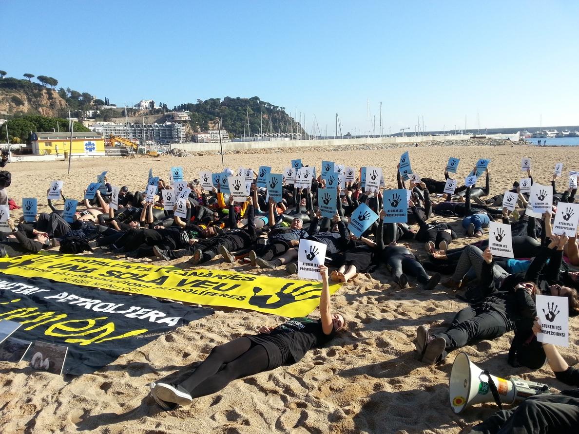 Activistas y nadadores protestan en Blanes contra las prospecciones marinas