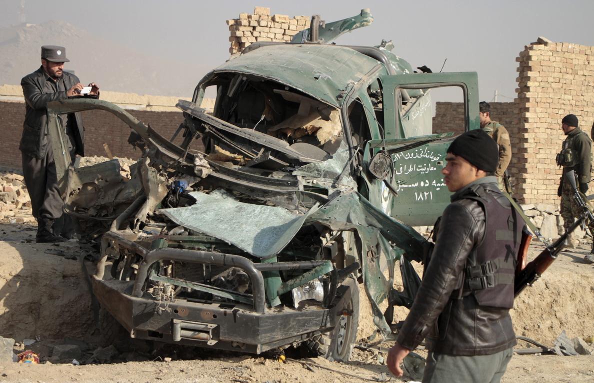 Siete civiles entre los 49 muertos en Afganistán por una bomba y en combates