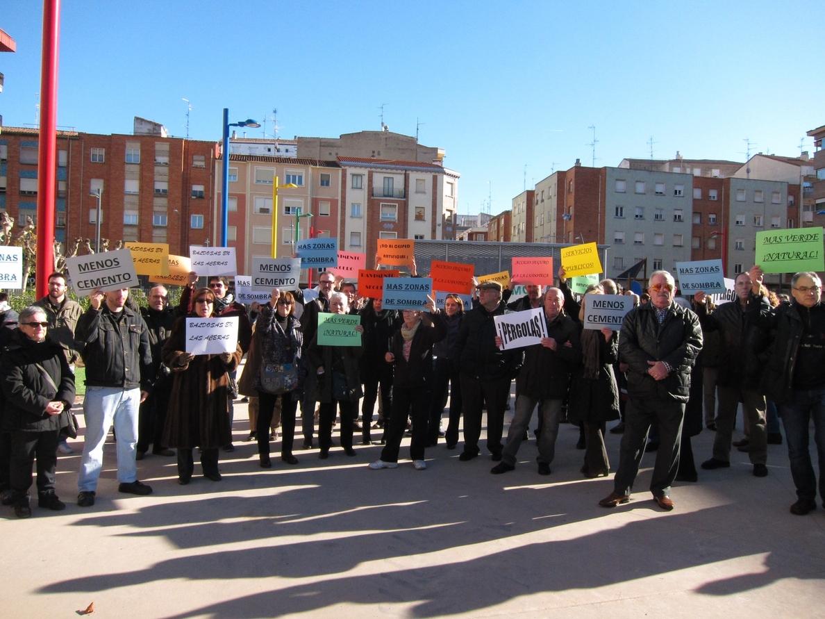 Más de un centenar de personas se concentra para protestar por la remodelación de la plaza Primero de Mayo