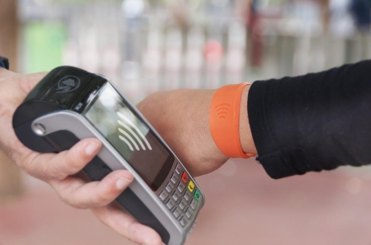 CaixaBank lanza en Aragón la pulsera Visa contactless, que permite hacer compras acercando la muñeca al datáfono