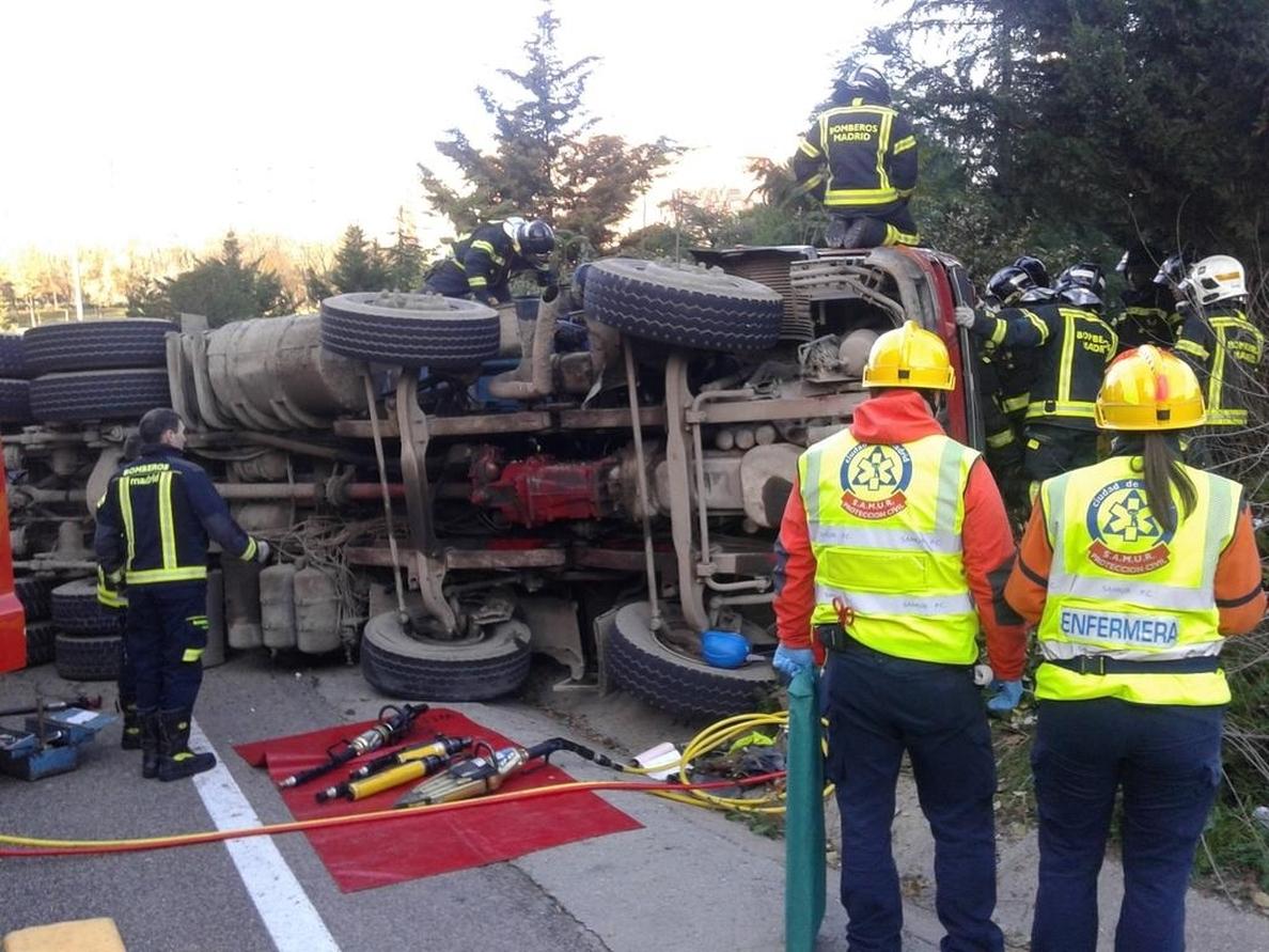 Rescatan al conductor del camión volcado en la M-30