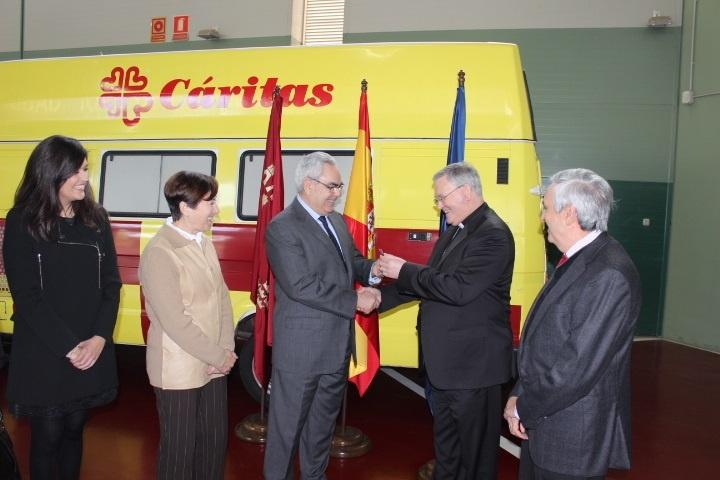 La Comunidad entrega a Cáritas un furgón destinado a labores humanitarias entre las unidades parroquiales