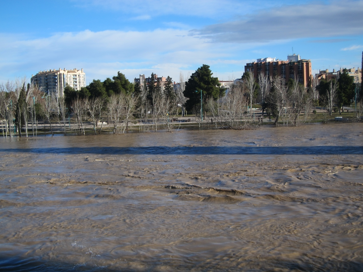 El Ebro alcanza una altura de 4,07 metros a su paso por Zaragoza y sigue subiendo